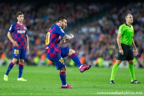 Messi breaks ทำลายสถิติการทำประตูตลอดกาลของ Pele สำหรับสโมสรของพวกเขาด้วยการทำประตูในอาชีพที่ 644 ของเขาในการชนะบายาโดลิด 3-0 ของบาร์เซโลนา