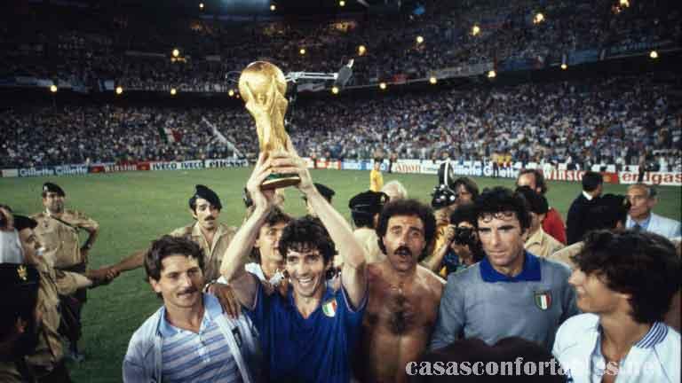 Paolo Rossi ตำนานผู้ทำประตูของอินตาลีจากชัยชนะในศึกฟุตบอลโลกในปี 1982 และเป็นผู้ทำแฮตทริกกับทีมบราซิลในหนึ่งแมตช์ที่โด่งดัง