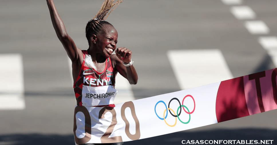 Peres Jepchirchir จากเคนยาชนะการแข่งขันวิ่งมาราธอนหญิงโอลิมปิกที่ซัปโปโรเมื่อวันเสาร์ที่ผ่านมา โดยเอาชนะ Brigid Kosgei Peres Jepchirchir